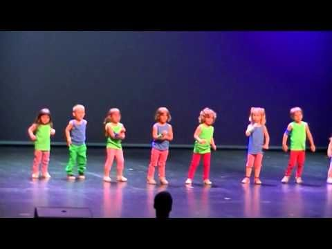 3-х летние дети танцуют на сцене (3-year-olds dancing on stage)