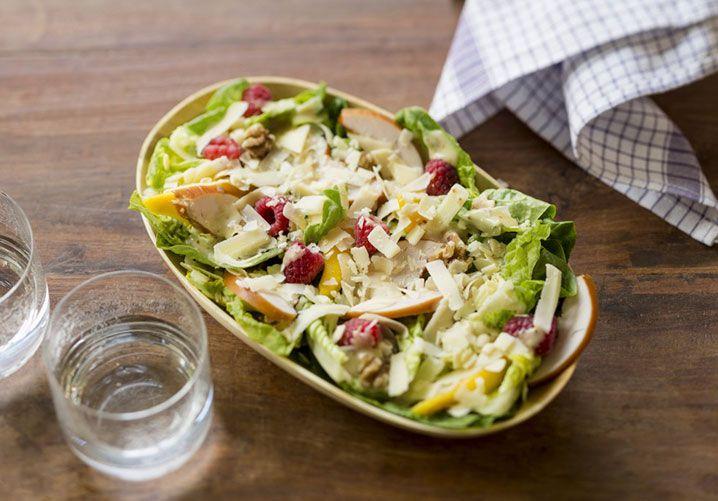 Recept: Little gem salade met framboos, mango en gerookte kip. Lekker met honing-mosterddressing, walnoten en Parrano kaas snippers.