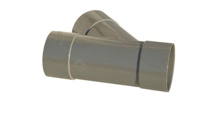 Cómo reparar tubos de PVC con grietas. Un tubo de PVC agrietado puede ser un gran problema. El daño de agua de una tubería de PVC con pérdidas podría significar cientos de dólares en reparaciones, además de problemas de humedad y moho con los que nadie quiere lidiar. En muchos casos, siempre se asumió que toda la tubería con la grieta debe ser reparada. Pero ahora hay maneras para ...