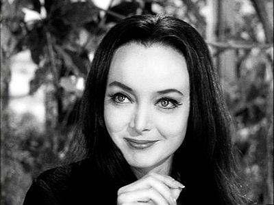 Carolyn Jones rocks Morticia!