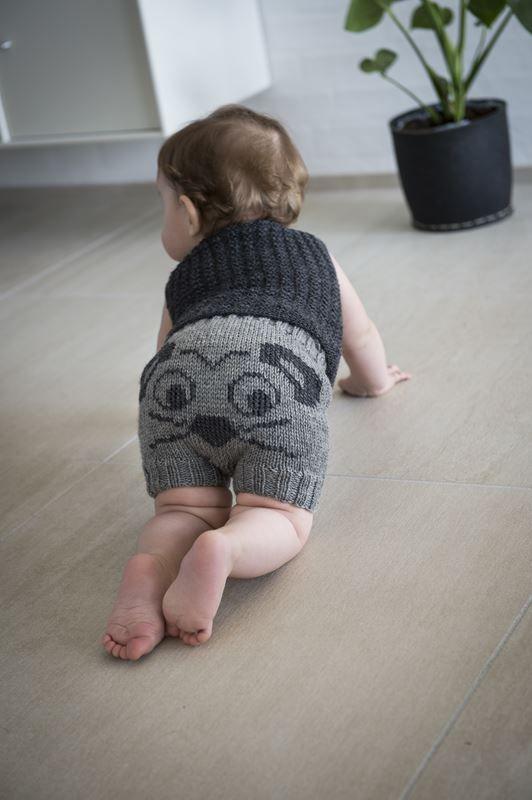 <p>Gratis strikkeopskrift på yderst populære baby-shorts med mus på numsen. Det sjove design, med mus på numsen skaber et par
