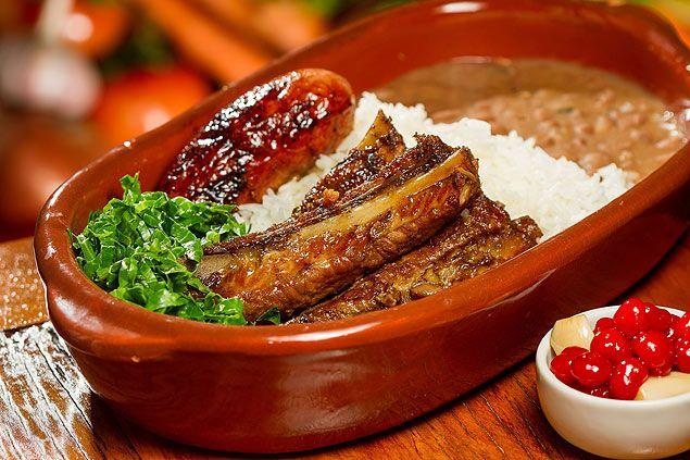 Típica comida mineira: arroz, feijão, couve refogada, linguiça e costelinha de porco. O simples sensacional!