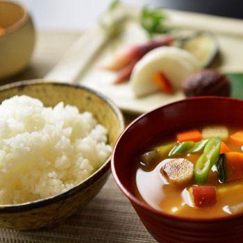 おばあちゃんが食べていた食事の基本構成は、ごはんに味噌汁、焼き魚、お漬物といったシンプルな一汁一菜。今のように食材は豊富ではありませんが、その分、旬のものをたっぷり使います。