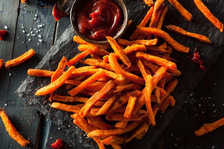 Zoete aardappel friet is de gezonde variant op friet van gewone aardappels. In deze blog leg ik uit hoe je deze zowel in de oven als in de pan klaar maakt.