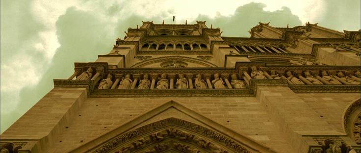 Życie miasta     wejście do zamku w totalnej, żabiej perspektywie - budynek zasłania niebo