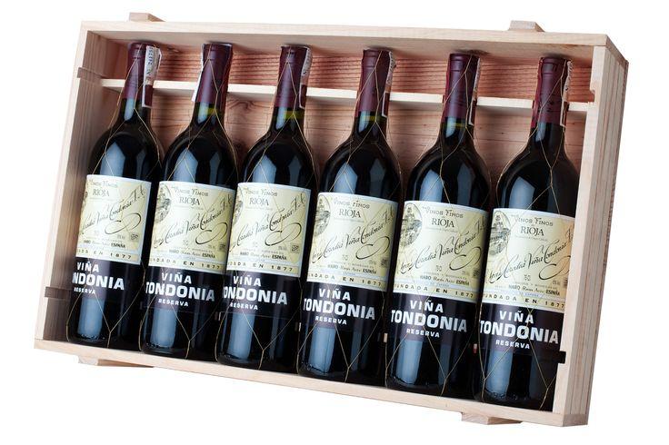 """Los vinos de López de Herida son unos de los caldos de Rioja más reconocidos, un auténtico """"icono de la vitivinicultura española"""" según el libro 'Bodegas Españolas: arquitectura del vino'. Su calidad se debe tanto a la buena climatología del lugar como al tipo de tierra donde se cultivan las uvas y al proceso de maduración del vino, en el que se utilizan barricas fabricadas artesanalmente. Sus blancos se consumen criados y envejecidos mientras los tintos son sobrios, de aroma complejo y ..."""
