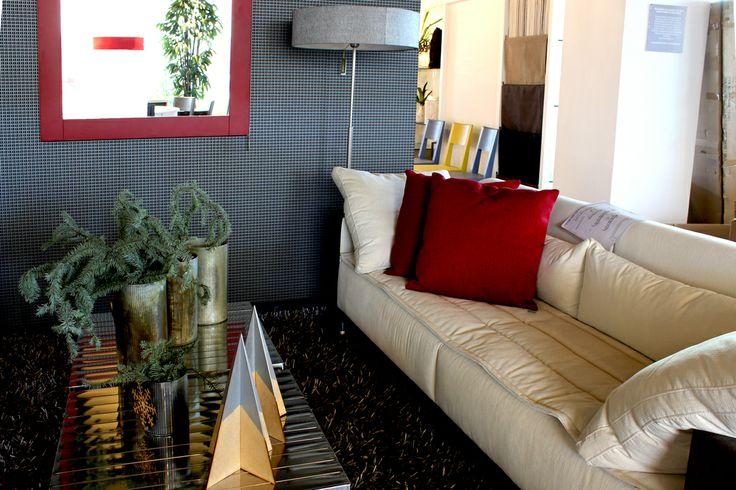 El sofá Tano de Claudia Grajales y acentos rojos para #NAVIDADcalleveinte