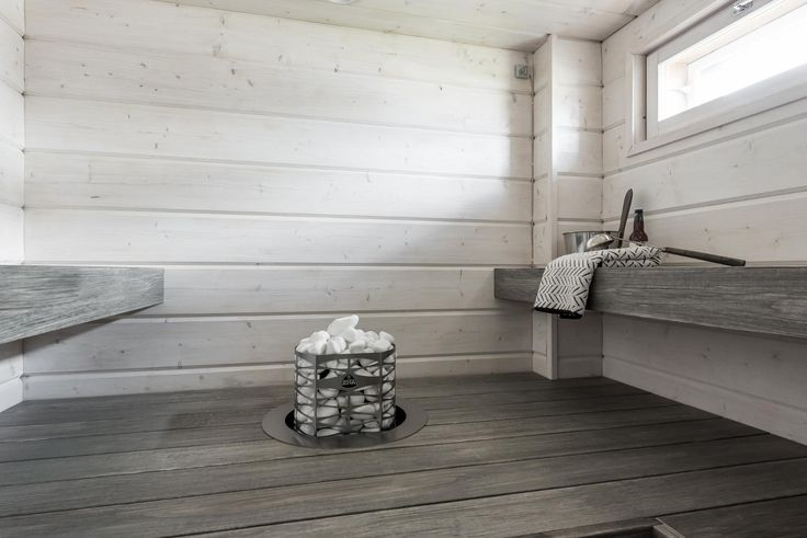 Ihana uniikki ikkunallinen sauna, jonka seinät hirsipaneelia ja lauteet petsattua haapaa.