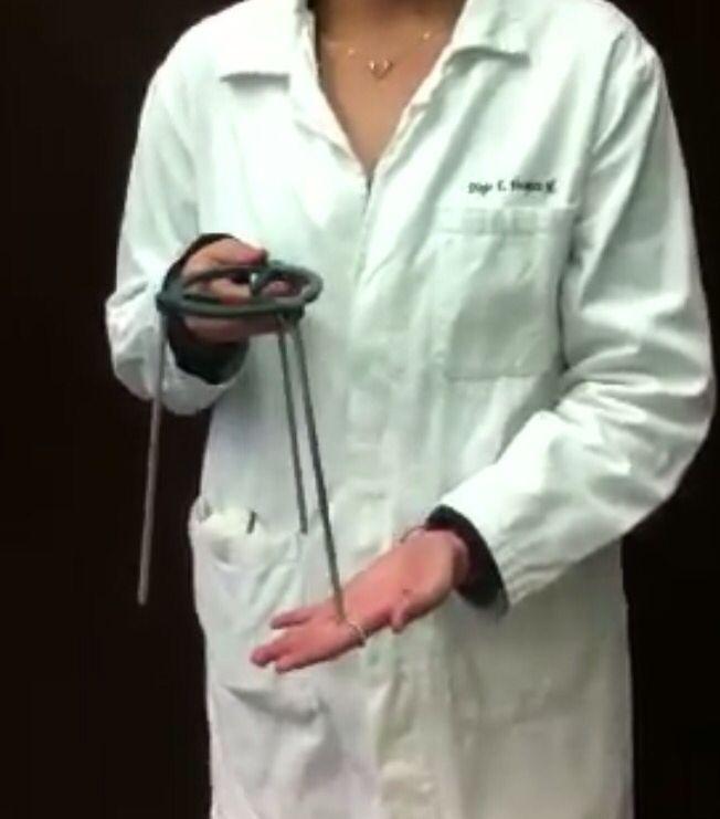 Tripié :La finalidad que cumple en el laboratorio es solo una, ya que su principal uso es como herramienta de sostén a fin de evitar el movimiento. Sobre la plataforma del trípode se coloca una tela de amianto para que la llama no dé directamente sobre el vidrio y se difunda mejor el calor.