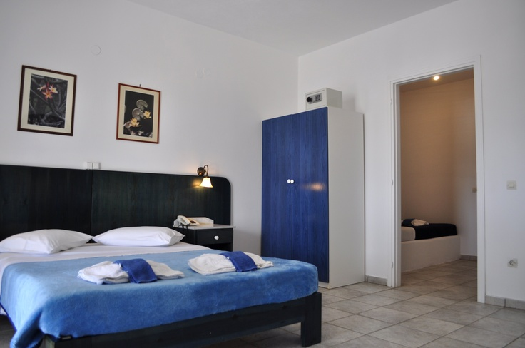 The Aloni Hotel apartment may accommodate up to 6 persons. http://www.aloniparos.com/paros/view/paros-accommodation