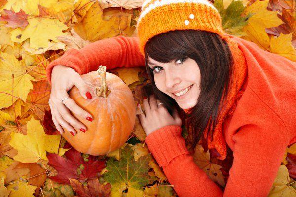 Тыква – осенняя ягода номер один: в сентябре и октябре рыночные прилавки заполнены тыквами. Хороша тыква тем, что из нее можно приготовить и первое, и второе, и десерт, и еще и на компот останется. В чем польза: тыква богата витаминами и каротином, в ней его даже больше, чем в моркови. Плюс тыква хорошо усваивается организмом и отлично подходит хоть для детского питания, хоть для диеты.