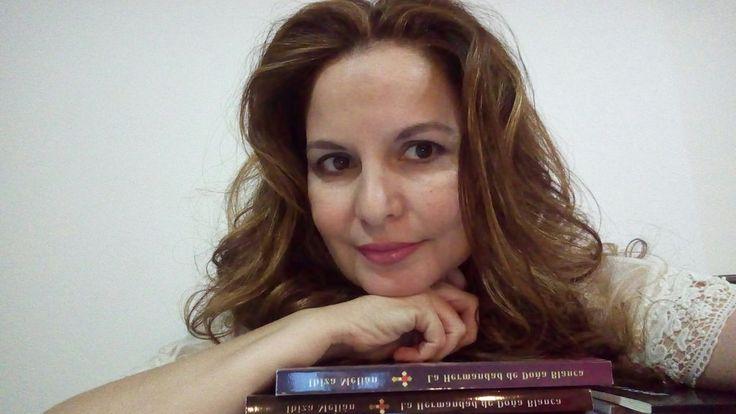 Foto de la escritora Ibiza Melián junto a su novela histórica La Hermandad de Doña Blanca.