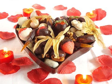 Cuore di cioccolato per San Valentino. Questo cuore di cioccolato ripieno di frutta secca e fresca intinta nel cioccolato fuso è ideale come dono d'amore nel giorno di San Valentino per accontentare anche i partner più golosi.  Fragole, alchechengi, nocciole, datteri, noci, fichi secchi e scorze d'arancia candite lo rendono davvero irresistibile!