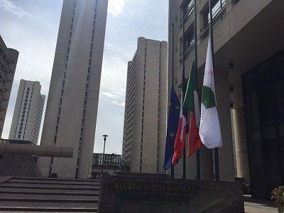 Nizza. Bandiera della Francia a mezzasta in Regione