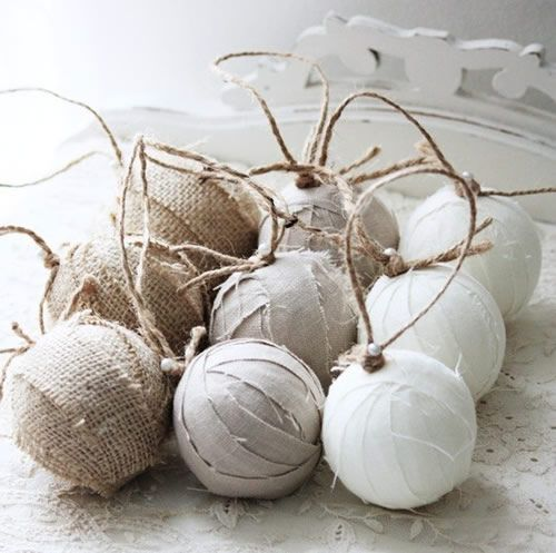Decorazioni per l'albero di Natale fai-da-te: palline rivestite di carta, tessuto, fili di lana e semi