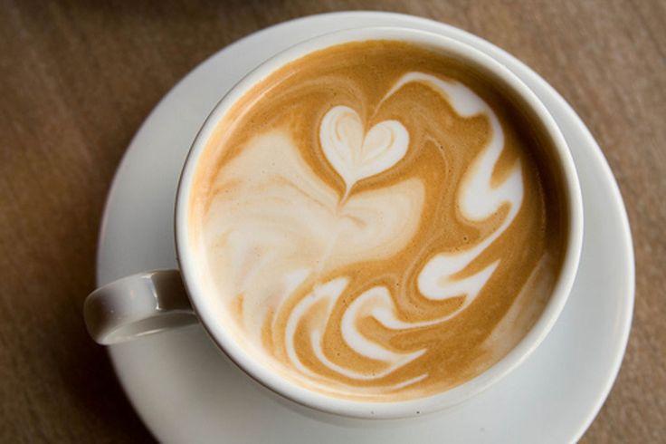 Ein kleines Löffelchen natives Bio-Kokosöl im Kaffee aufgelöst lässt den Kaffee herrlich cremig schmecken und ist besonders gesund und wohltuend: Kokosöl stimuliert den Stoffwechsel, hilft beim Abnehmen (!), stärkt das Immunsystem und ist eine hervorragende Quelle für wichtige Fettsäuren. Kokosöl unterstützt auch die Hirnleistung und Studien belegen, dass es sogar Demenz vorbeugen kann.