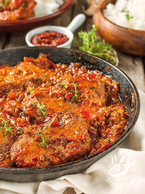Le Piccatine con peperoni e pomodoro sono fettine di vitellone condite con un sughetto semplice ma molto aromatico, davvero sfizioso!