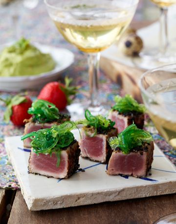 Inviter venner og familie på en sensommermenu med de sundeste råvarer. Du har sikkert hørt om power foods som blåbær, avocado og nødder før. Her får du en lækker forret fyldt med power.