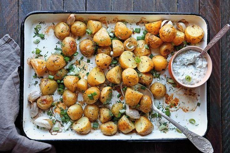 Máte radi jedlo z jedného hrnca, ktoré sa pripraví takmer samo? Vybrali sme desať receptov na zapekané zemiaky.