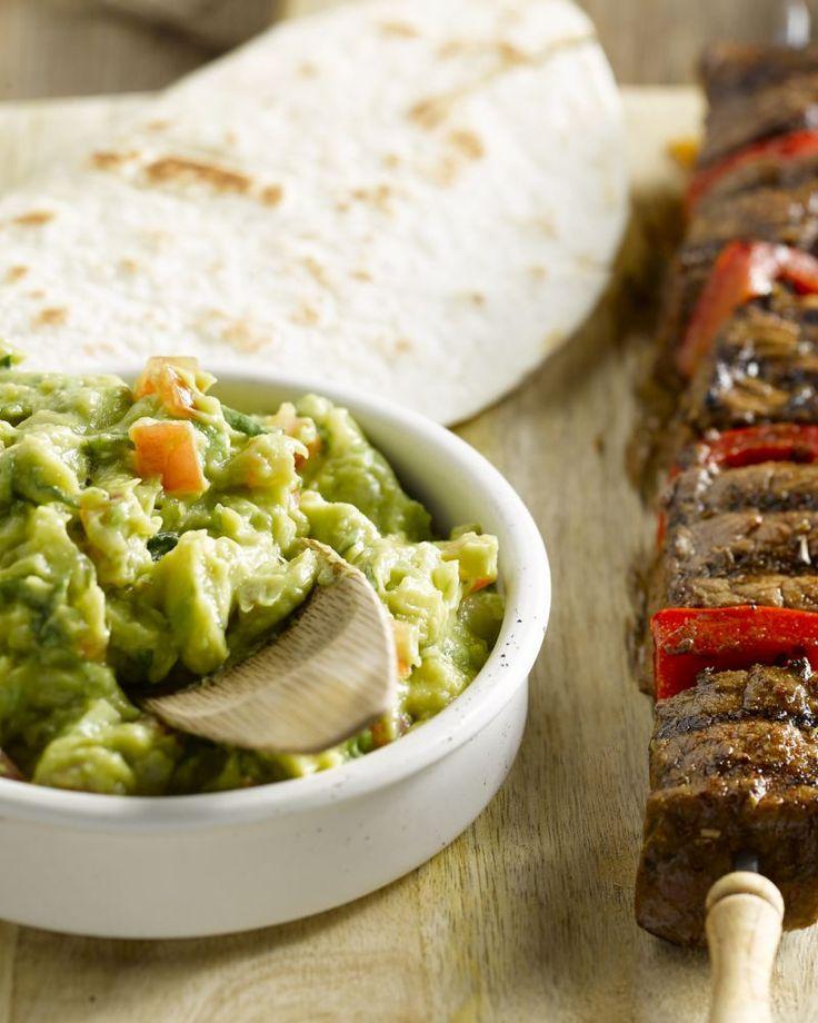 Een heerlijk Mexicaans geïnspireerd gerecht met spiesjes van gemarineerd rundsvlees met guacamole erbij. Ook lekker op de barbecue!