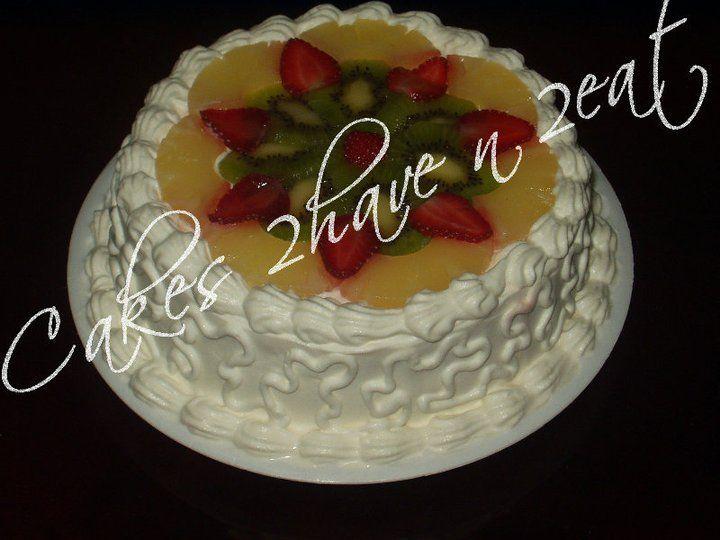 ROUND FRESH FRUIT CAKE WITH PINEAPPLE, STRAWBERRY AND KIWI.