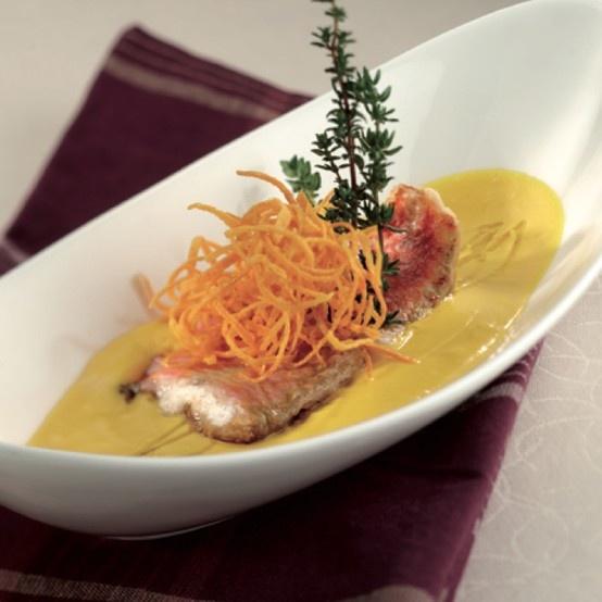 Triglie in crosta di Grana Padano su vellutata di zucca efilangè croccante di carote Cliccate sulla foto per la ricetta completa!