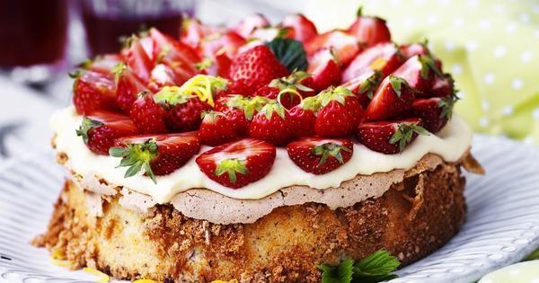 En härlig tårta med jordgubbar, nötbotten och vaniljkräm.