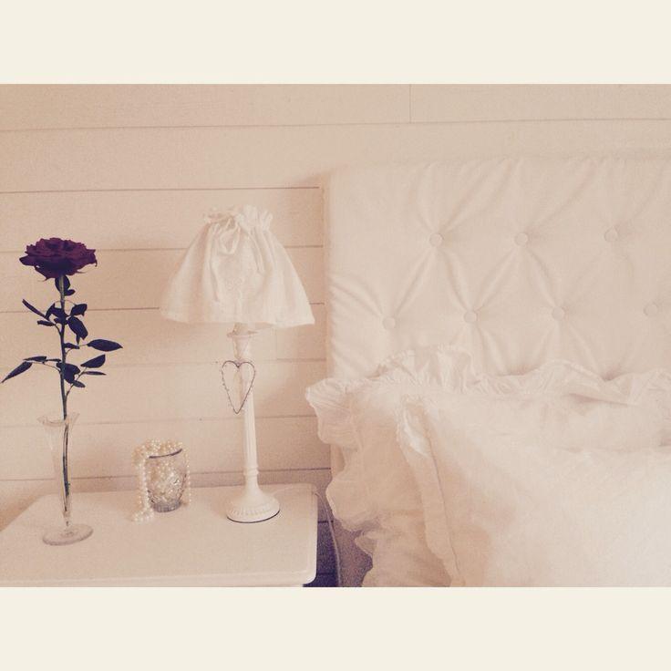 Hemmagjord vit sänggavel med knappar