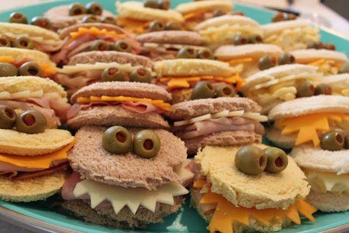 Idea para servir aperitivos en una fiesta de cumpleaños | Fiestas infantiles y cumpleaños de niños   La gracia está en que el relleno de diferentes tipos de queso en láminas (havarti, cheddar, etc.) asome con forma dentada entre las dos rebanadas de pan y por encima de una loncha de jamón york plegada…