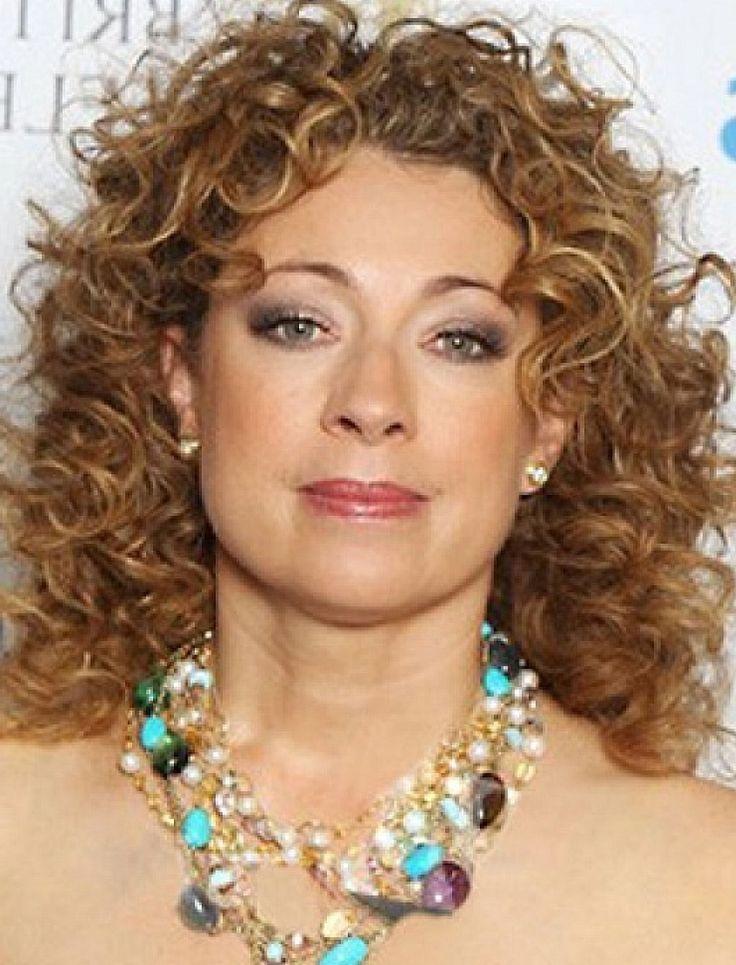 Medium Length Hairstyles Women Over 50 | Women Makeup Ideas en 2019 | Pelo rizado mujer ...