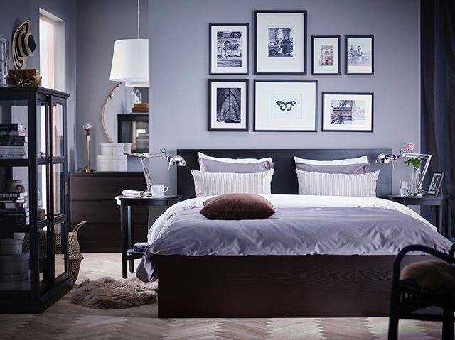 Если вы хотите часто обновлять интерьер — замените одну большую картину коллажем. Так вы сможете менять постеры или фотографии в рамках по настроению. На фото: высокий каркас кровати МАЛЬМ (12999.-). Реечное дно продается отдельно. #IKEA #ИКЕА #ИКЕАРоссия