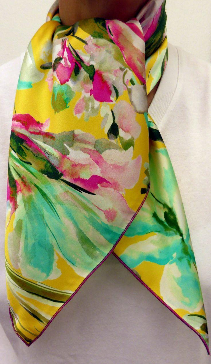 Idée cadeau femme Noël 2014 Foulard carré de soie haut de gamme fond jaune  à fleurs vert et rose Fabrication française à mettre en avant, satin de soie  de ... 480ebc5089b