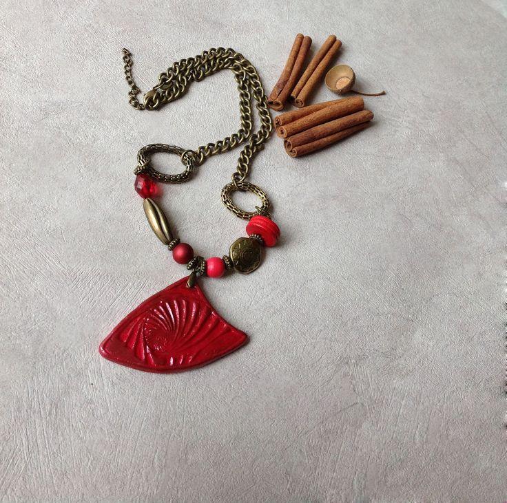 Collier, rouge, cuivré, grand pendentif texturé forme triangle : Collier par agape