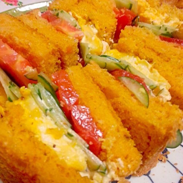 人参のマッシュを入れた食パンは パン焼き機の担当  それをトーストして  玉子、トマト、キュウリと㌍ハーフのマヨマヨで サンド  ブランチに - 126件のもぐもぐ - キャロット食パンでホットサンド by marbure