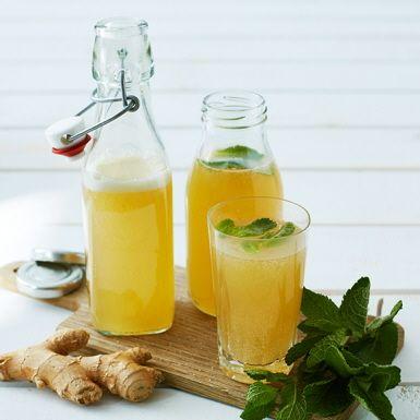 Ginger beer är en fräsch och svalkande ingefärsdryck som du enkelt gör själv. Söt, syrlig och kryddig på samma gång. God att sippa på som drink eller som dryck till maten, gärna med asiatiska smaker. Men här skippar vi jäsningen och gör vår ginger beer alkoholfri.