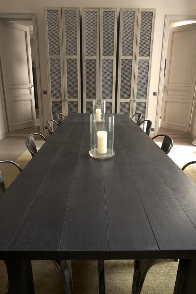 Les armoirs metallique. La table en bois noir. Les chaises metalliques industrielles.