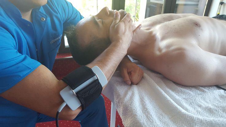 Tracțiunea cervicală este una dintre cele mai eficiente metode de  întindere a coloanei vertebrale prin creșterea spațiului intervertebral  în zona gâtului, reduce presiunea și ajută discul să se retragă în mod  natural. Este indicată în hernie de disc cervicală, spondiloză, osteoartrită, dar  are și contraindicații. Mai multe informații pe site-ul nostru: http://fiziohealth.ro/blog/tractiunile-cervicale/ https://www.youtube.com/watch?v=DHdvn88VwXo&t=10s