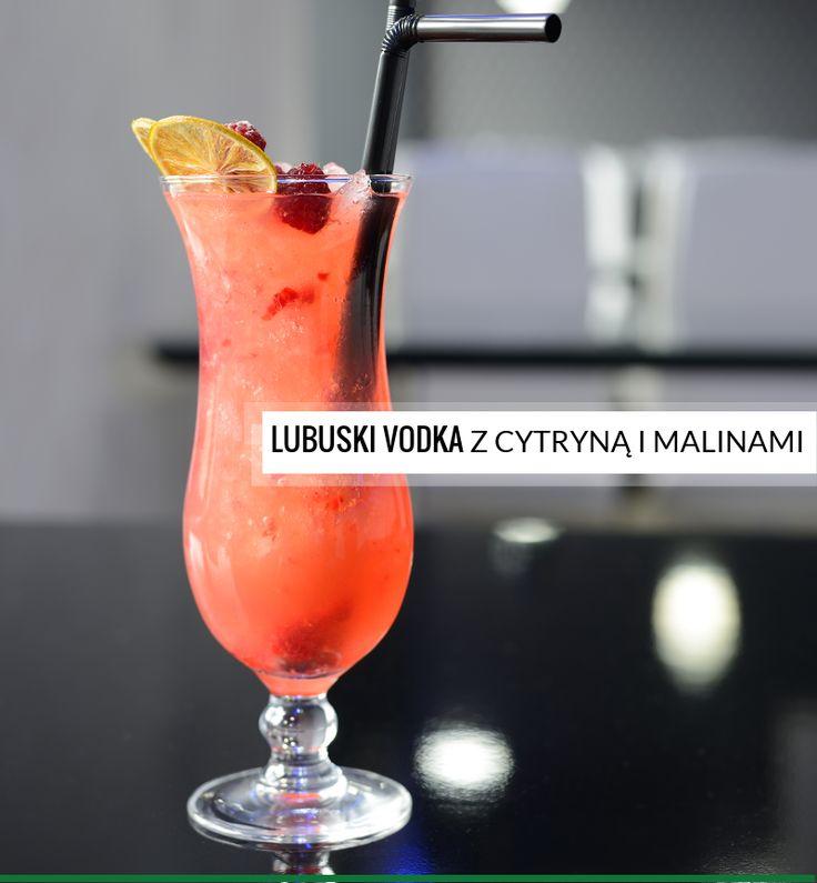 Drink z wódką, cytryną i malinami oraz kruszonym lodem, możesz go dopełnić wodą gazowaną lub lemoniadą.