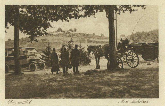 Berg en Dal. Omgeving Keteldal met paardenkoets, autobus en mensen in eigentijdse kleding 1930