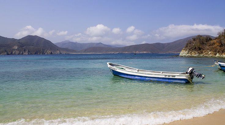 La paradisíaca Playa Cristal, en Santa Marta, es un litoral de aguas cristalinas, al adentrarte tan solo un poco en ellas podrás observar a simple vista peces multicolores nadando sin miedo a tu alrededor,