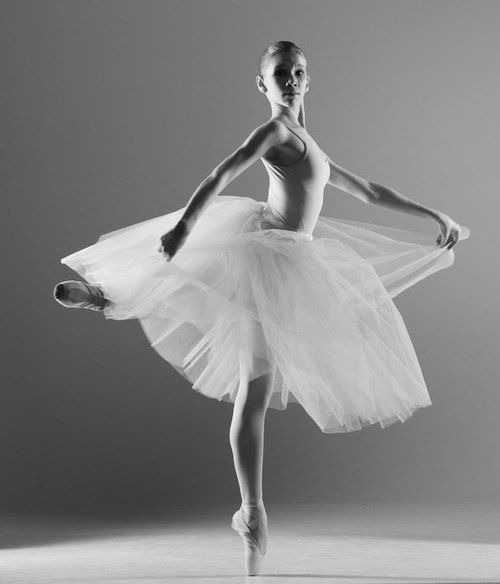 Ballet, ballerina, female, woman, gracious, yndefuld, beauty, beautiful, shadow and light, photograph, photo b/w.