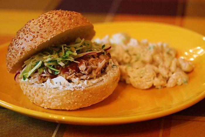 Сэндвич с тушеной свининой, колслоу с манго + салат с макаронами