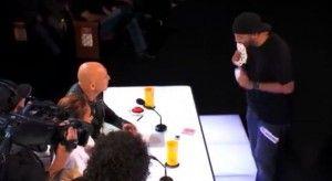 Dans cette vidéo, on peut voir un magicien exercer des tours de magies, juste impressionnant.