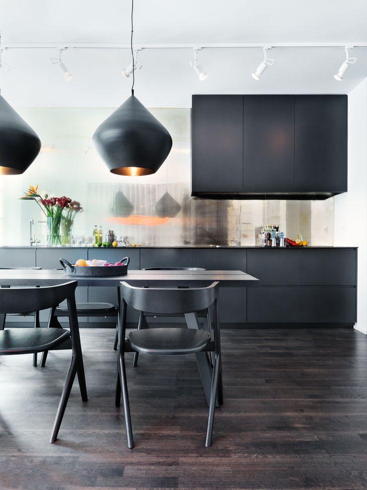Kökslampornas insida fick ange tonen på mässingsplåten på köksväggen. Skåpen är specialtillverkade av Nyström + Persia.