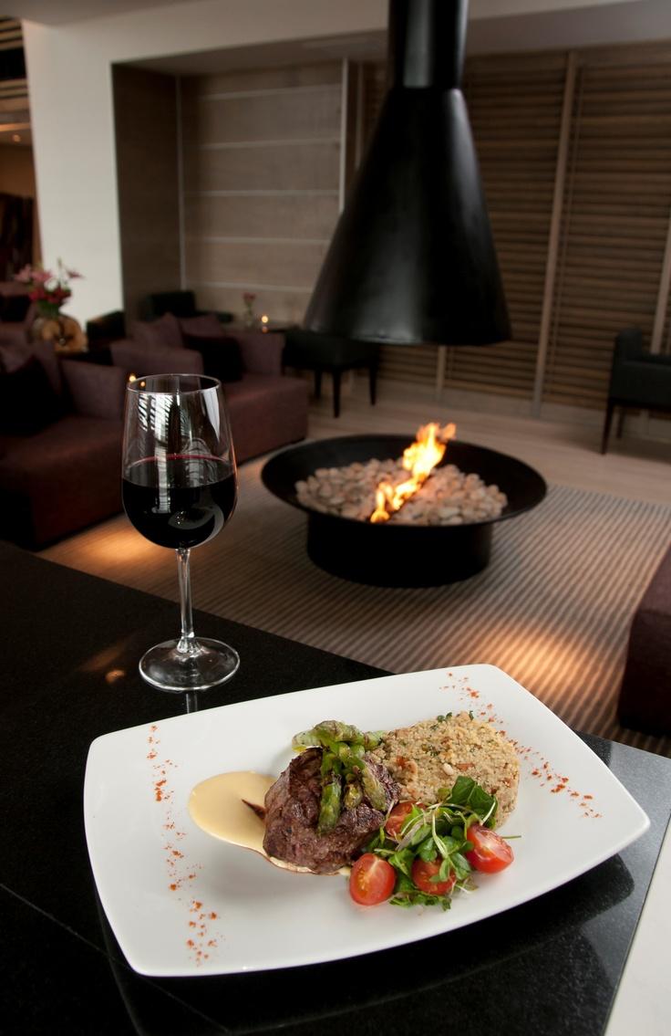 Restaurant Zafrán se especializa en cocina internacional, con toques mediterráneos.