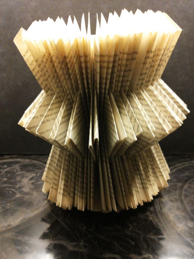 Ingrid Astbo Pappersskulptur gjord av en utläst pocket. Återvinning kan vara inspirerande.