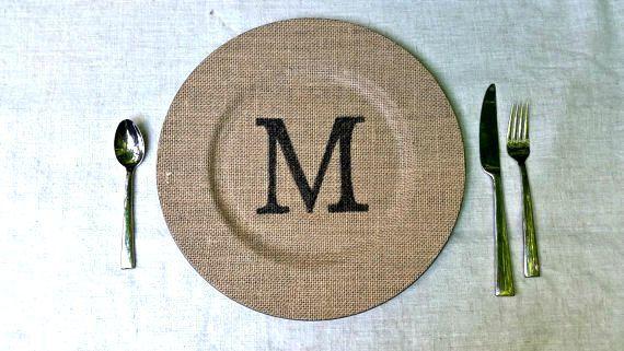 Monogramme toile de jute plaque chargeur  par TheLovelyGlassJar