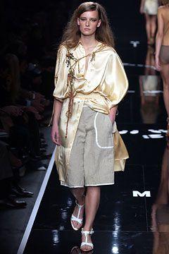 Ontworpen door: Rosella Jardini Wanneer gemaakt: 2003 (lente/zomer collectie)  Materiaal: Viscose-achtige broek met daarop een soort satijnen badjas/blouse Hoezo innovatief: Een heel rommelige verschijning, maar als je beter kijkt toch verfijnd en uitgedacht