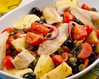 Salade grecque allégée pommes de terre et maquereaux : http://www.fourchette-et-bikini.fr/recettes/recettes-minceur/salade-grecque-allegee-pommes-de-terre-et-maquereaux.html