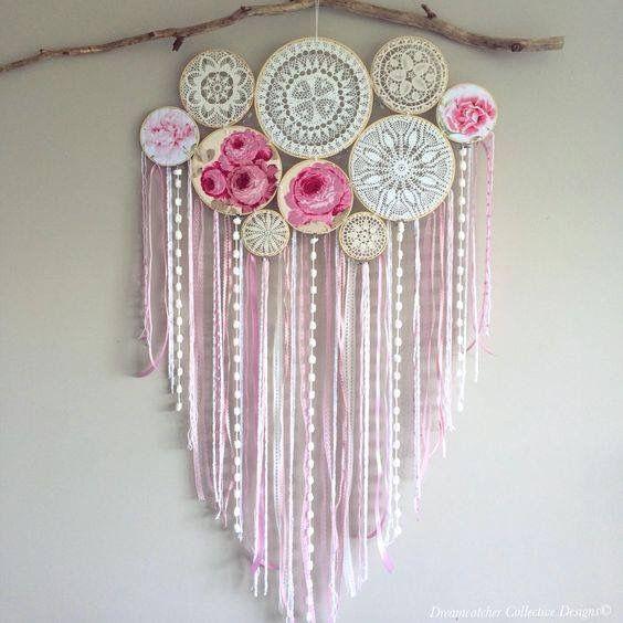 Atrapa sueños tejido a crochet en bastidores con tiras de estambre en tonos rosa/blanco/beige